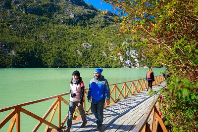 Pareja de turistas caminando por Carretera Austral