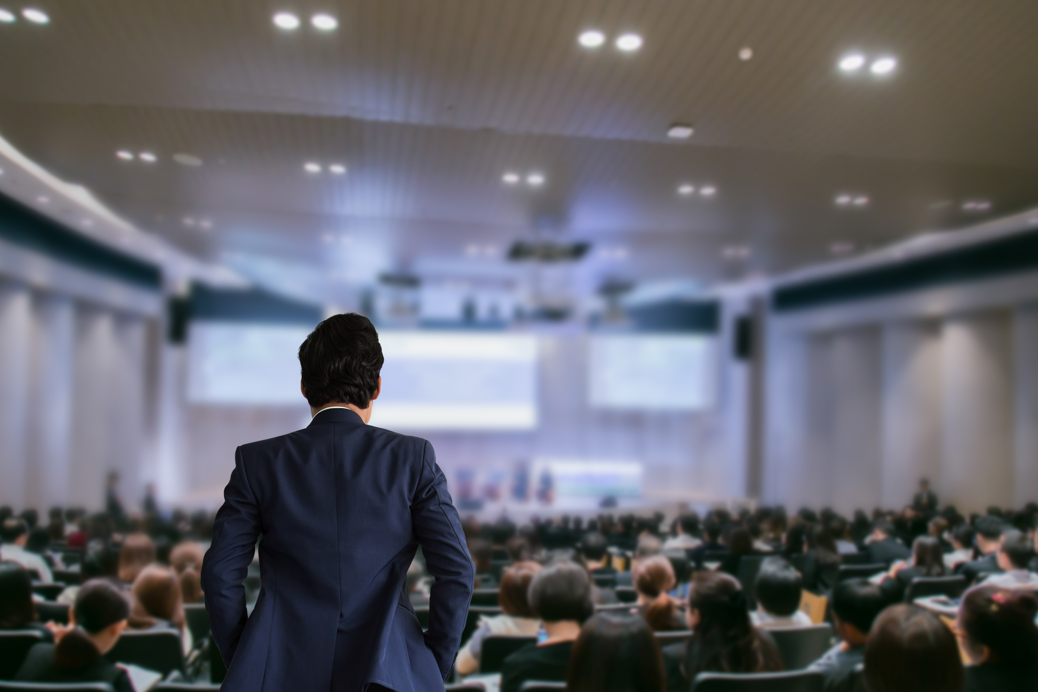 Sala de conferencia con ejecutivos en reunión