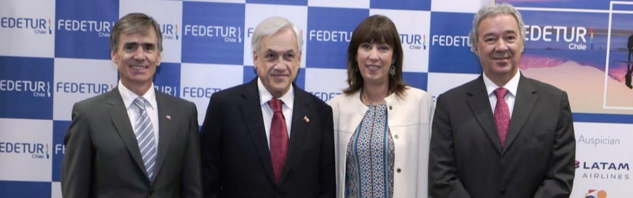 Presidente Piñera en desayuno anual de turismo, posa en la foto junto a Ministro de Economía, Fomento y Turismo, Subsecretaria de Turismo y Presidente de Fedetur